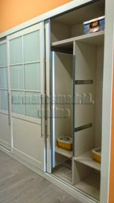 Interior de armario, espejo extraible