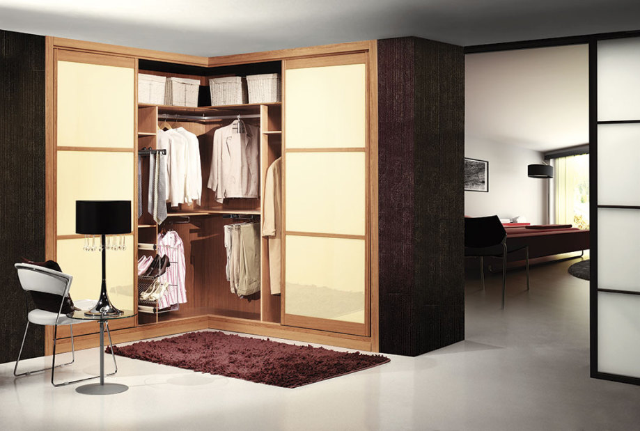 armario en esquina de puertas deslizantes modelo japones combinando crema y cerezo with armarios empotrados a medida
