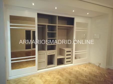 Armario a medida, lacado blanco, de puertas correderas, en San Sebastian de Los Reyes, 28708 Madrid.