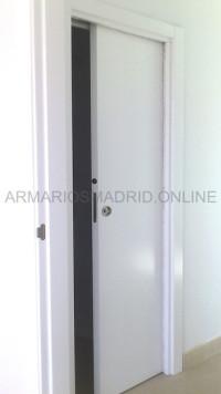 Puerta corredera lacada en blanco en casoneto (corredera oculta)