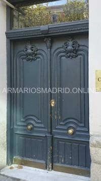 Puerta de entrada a comunidad de madera antigua