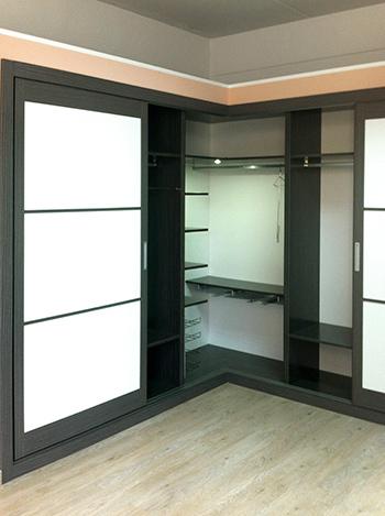 armario empotrado a medida en esquina de puertas correderas