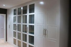 Frente de armario abatible lacado blanco con puertas centrales en cristal mate.