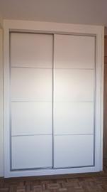Armario de puertas correderas, de diseño moderno y sencillo, en cuatro cuadros