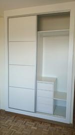 Armario de puertas correderas, con el interior en blanco