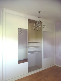 Armario empotrado en blanco con espejo central e interior en melamina textil coral