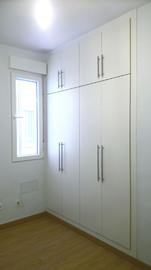 Frente de armario barato, en melamina en  blanco, de puertas abatibles con maletero
