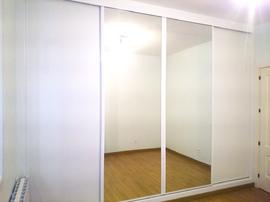 Armario empotrado de puertas correderas, en melamina en blanco con puertas en espejo