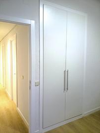 Frente de armario a medida, económico, en melamina blanca, de puertas abatibles