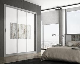 Armario empotrado blanco, con cuadro central en melamina de diseño, de puetas correderas