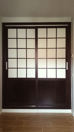 Armario empotrado, de puertas correderas, en melamina wengue con vidriera inglesa en blanco