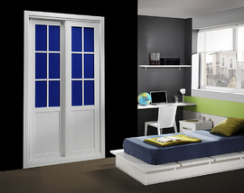 Armarios corredera en blanco, con vidriera inglesa en azul, de diseño moderno