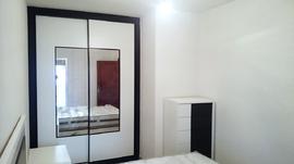 Frente de armario corredera, de diseño moderno, combinando blanco, negro y espejo