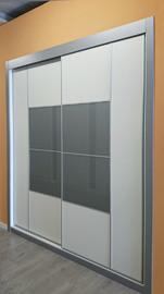 Armario empotrado de puertas correderas, combinado melamina blanca con cristal lacdo gris