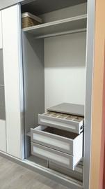 Interior de armario combinando melamina blanca y gris