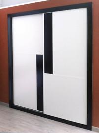 Armario empotrado, barato,  en melamina blanca con fajas verticales en negro