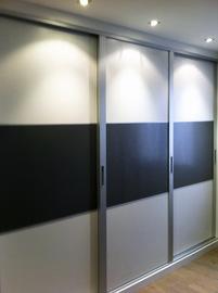 Frente de armario en melamina blanca con aluminio y negro, de puertas correderas