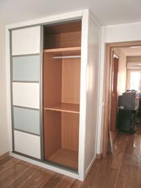 Interior de armario, modular en melamina cerezo de diseño moderno