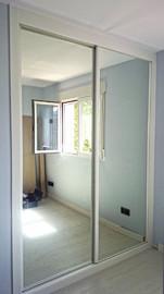 Frente de armario en melamina blanca, con puertas correderas en espejo