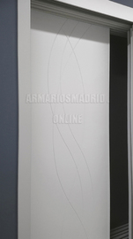 Detalle corredera de armario lacado, modelo Olas, fresado pico de gorrión