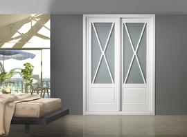 Armario lacado blanco de puertas correderas, con vidriera en aspa, diseño clásico