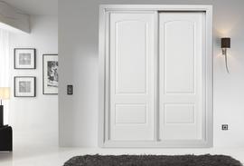 Armario lacado blanco de puertas correderas, pantografiado, diseño clásico