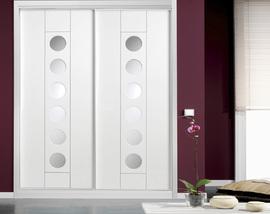 Armario a medida lacado blanco, de puertas correderas, fresado, diseño moderno