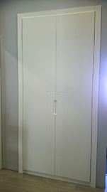Armario a medida lacado blanco, de puertas abatibles, tirador fresado y embutido, diseño lineas moderno