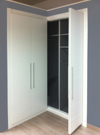 Armario a medida lacado blanco, en esquina, de puertas plegables, tirador de barra, modelo Mapi