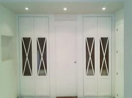 Frente de armario a medida lacado blanco, de puertas abatibles, diseño clásico
