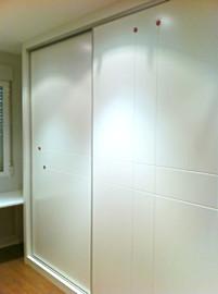 Frente de armario a medida lacado blanco, diseño vanguardista, lagrimas cristal rojo.
