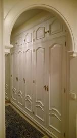 Armario clásico lacado en blanco en el domicilio del cliente.