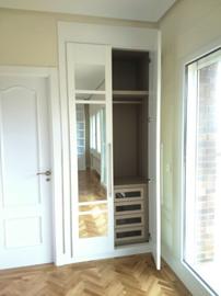 Frente abatible e interior en melamina blanca, lacado blanco de perfileria en aluminio.
