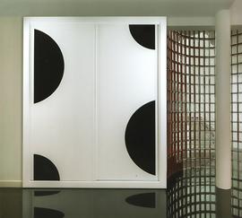 Armario de diseño moderno, corredera, lacado en blanco combinado con metacrilato negro