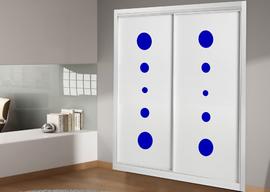 Armario empotrado de diseño moderno, lacado en blanco combinado con cristal azul