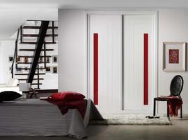 Armario de diseño moderno, corredera, lacado en blanco combinado con metacrilato rojo