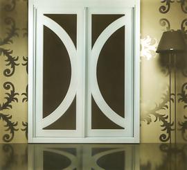 Armario  blanco, de puertas correderas, combinado con cristal marrón