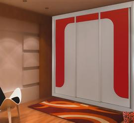 Armario empotrado, lacado blanco, de puertas correderas, combinado con cristal naranja