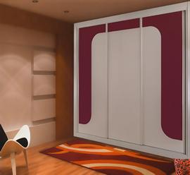 Armario empotrado, lacado blanco, de puertas correderas, combinado con cristal burdeos