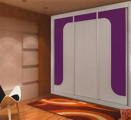 Armario a medida, lacado blanco, de puertas correderas, combinado con cristal morado