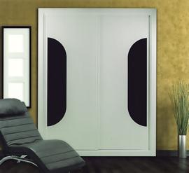 Armario empotrado, lacado blanco, de puertas correderas, combinado con cristal negro