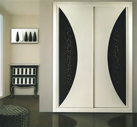 Armario a medida, lacado blanco, de puertas correderas, combinado con lacado negro con perlas