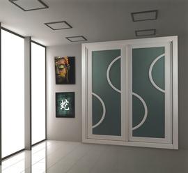 Armario blanco combinado con cristal verde, de puertas correderas
