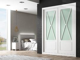 Armario lacado blanco con vidriera en aspa con cristal verde, de puertas correderas