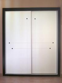 Armario a medida lacado en blanco, fresado lineas con perlas lacadas en negro