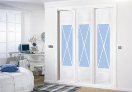 Armario empotrado lacado en blanco, con vidriera en aspa en azul, de puertas correderas