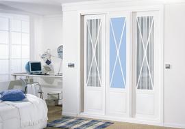 Armario empotrado lacado en blanco, con vidriera en aspa en azul y con visillos, de puertas correderas