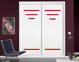 Armario a medida lacado en blanco, con rayas en cristal lacado rojo