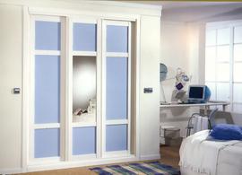Frente de armario lacado en blanco, combinado cuadros en cristal azul y espejo, de puertas correderas