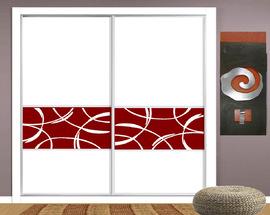 Frente de armario lacado en blanco, con faja roja de diseño, en puertas correderas